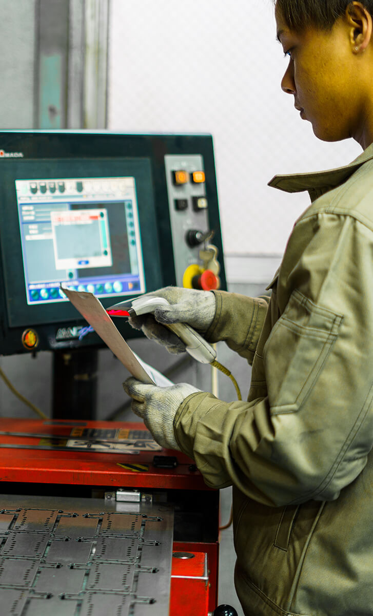 ねじ穴加工の機械を操作する